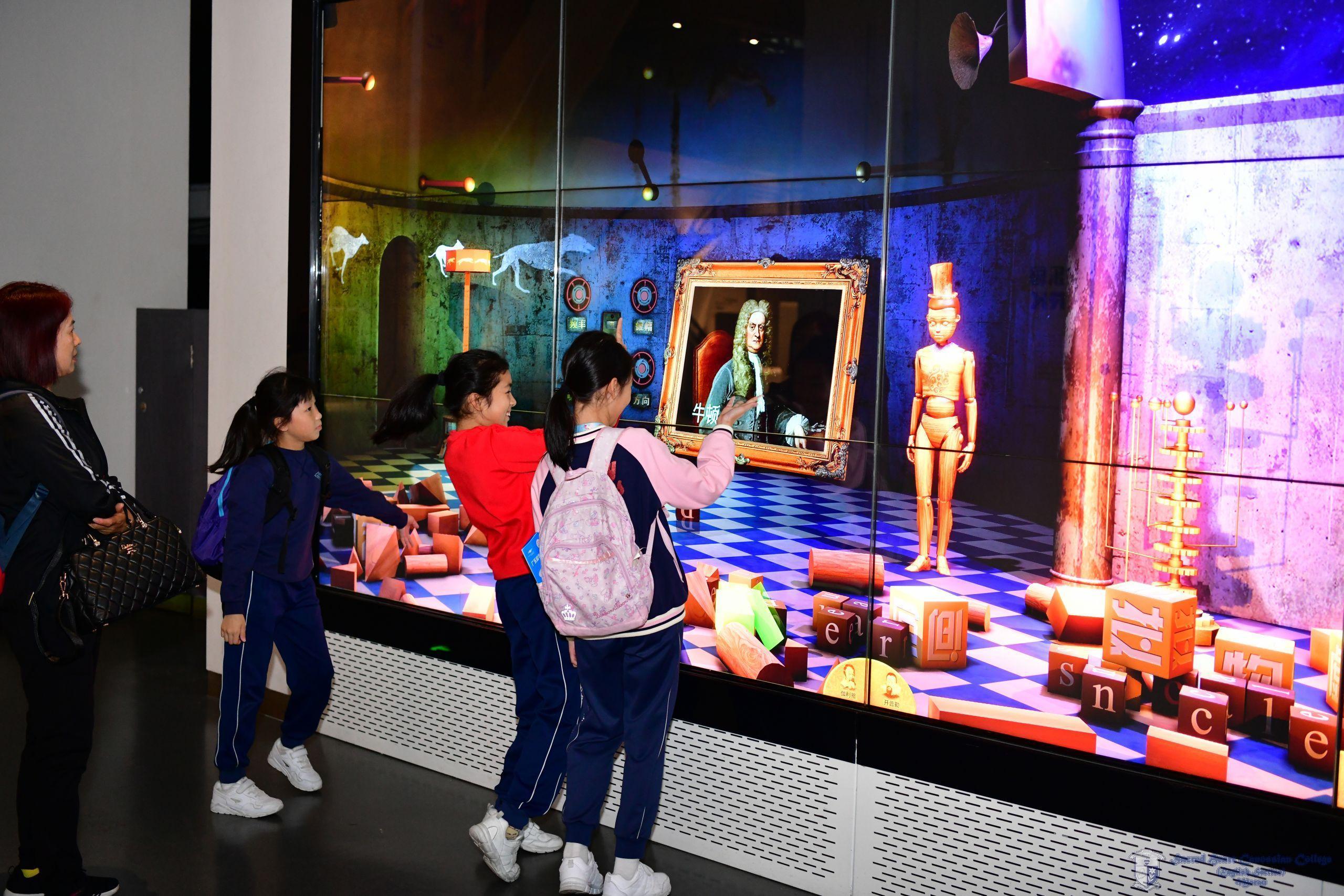 參加者於廣東科學中心展館內體驗各種遊戲設施和科學實驗