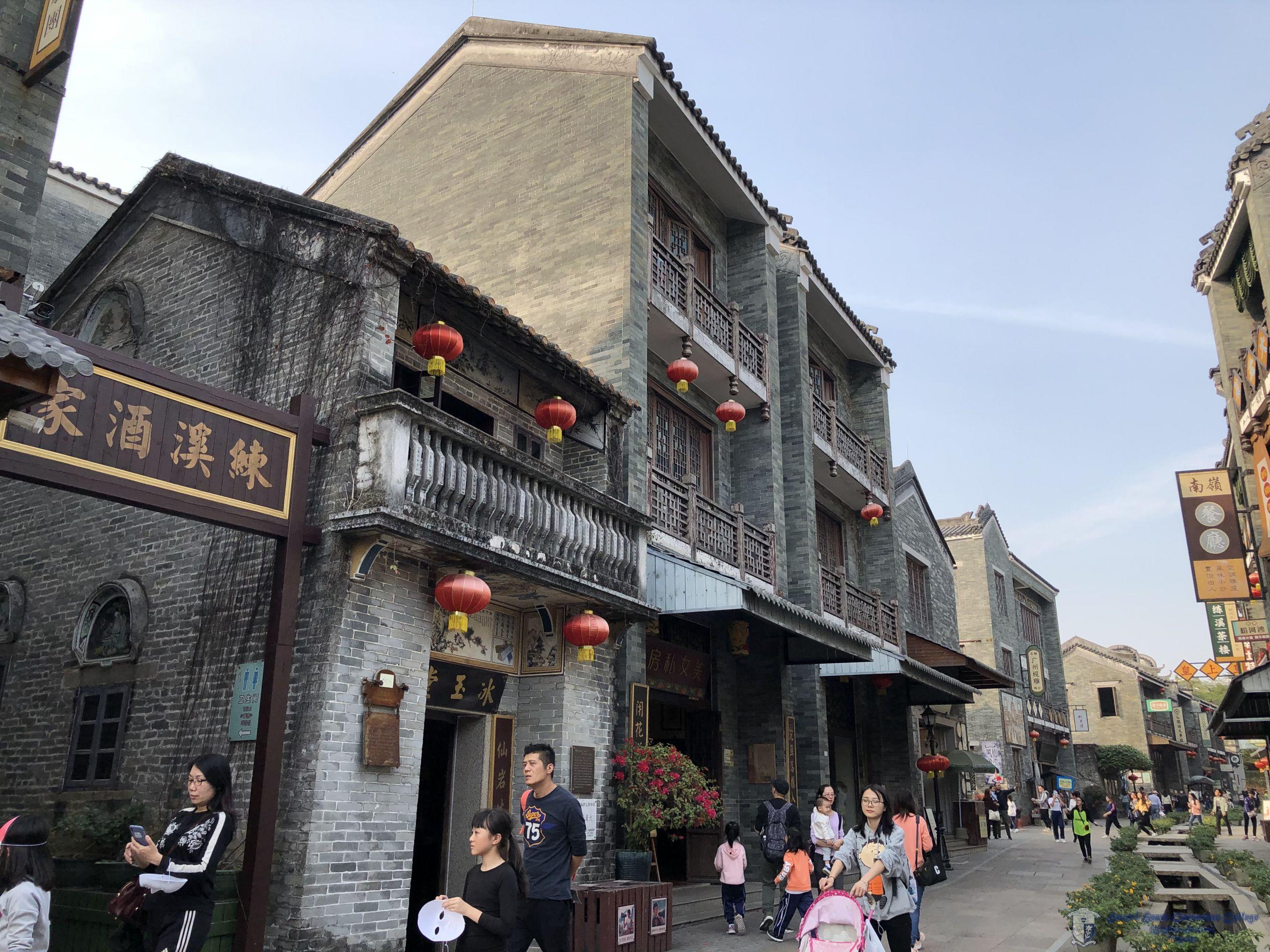 參加者暢遊嶺南印象園中的傳統建築群