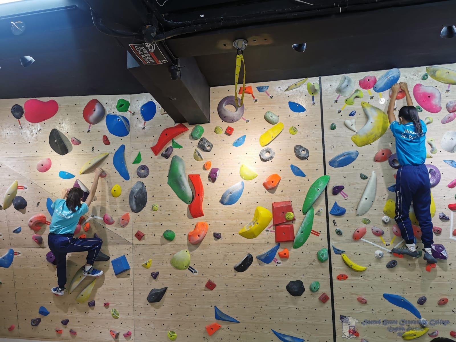 學生體驗攀石運動
