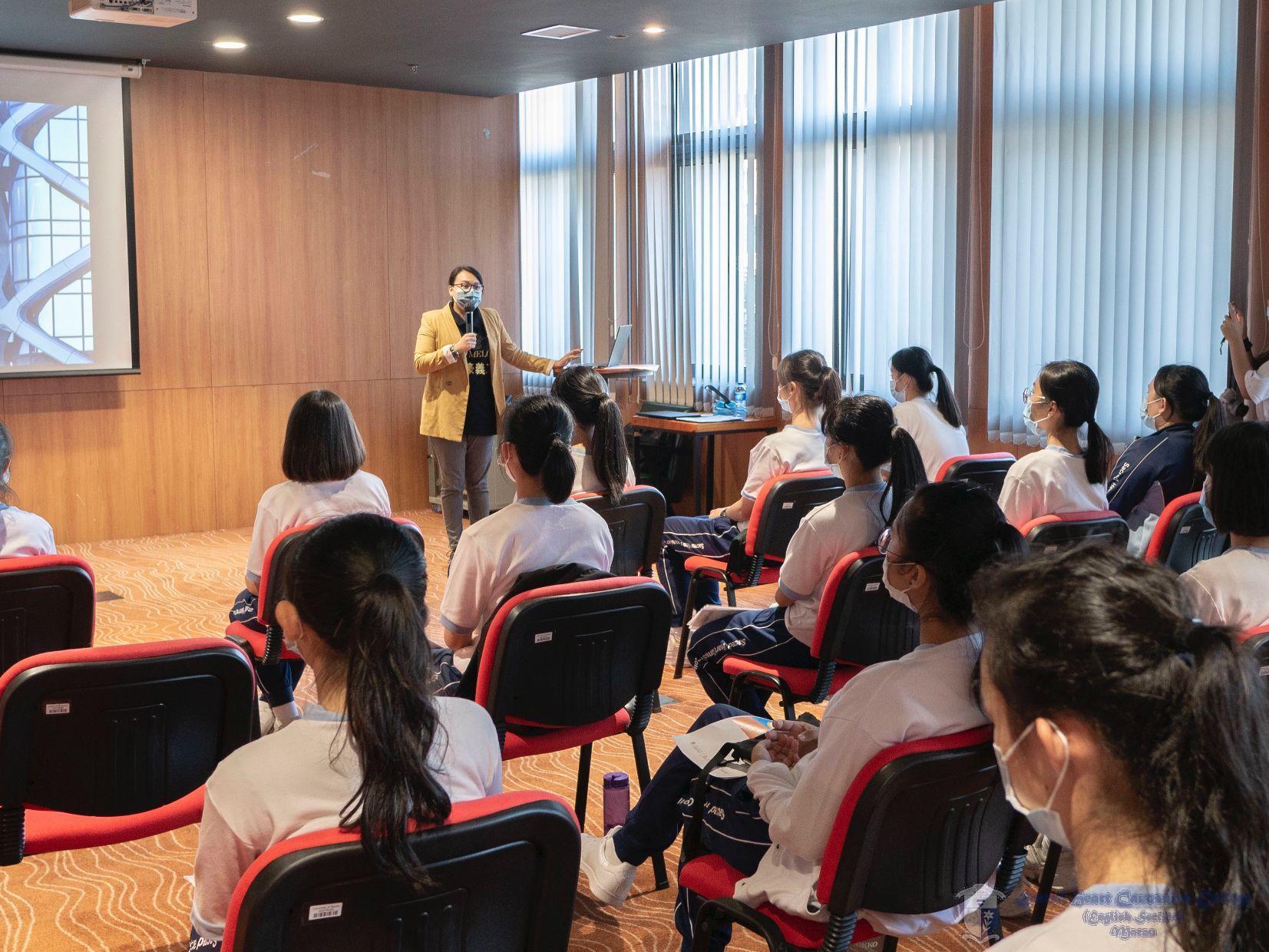 新濠博亞娛樂有限公司Ms. Almanda Leong 正在講解綜合度假村的人力資源概況