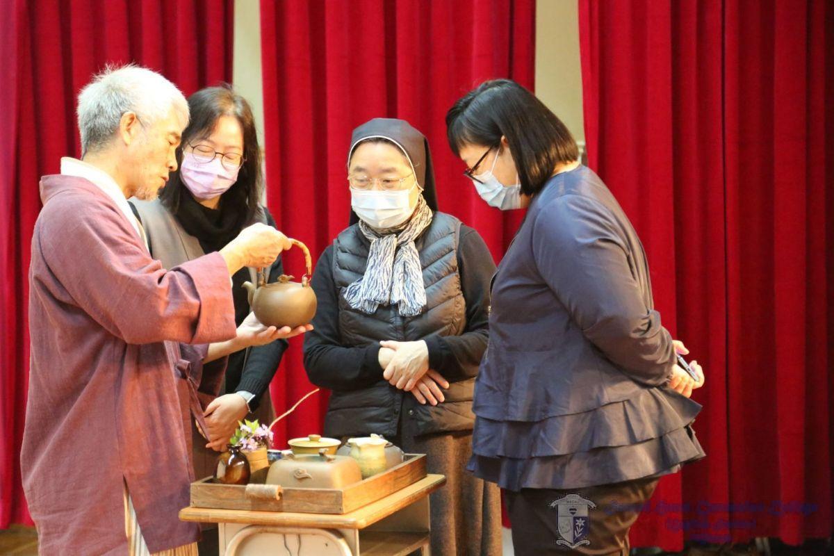 羅慶江老師介紹自家設計的茶具