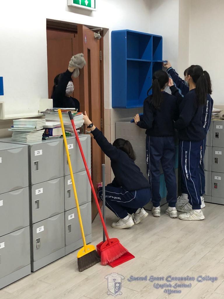 學生清潔課室內的圖書角