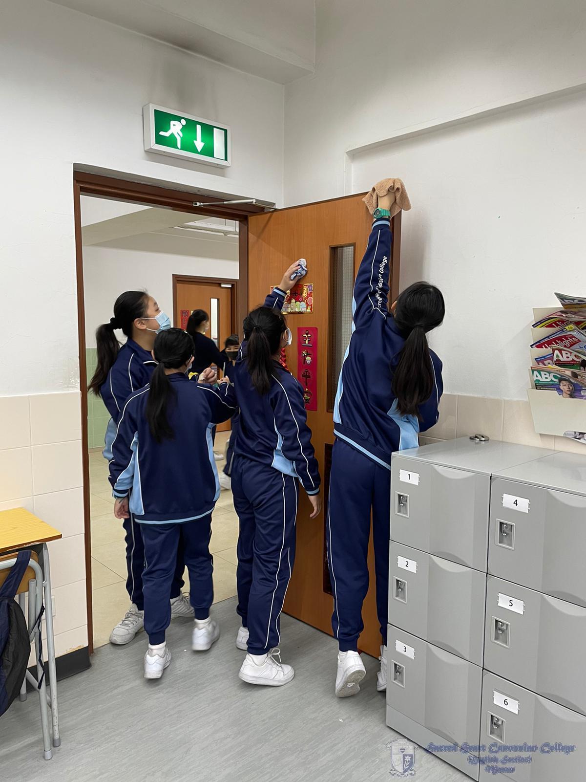 學生清潔課室門口