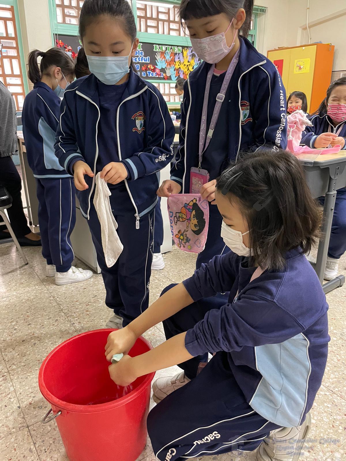 學生學習使用清潔用品