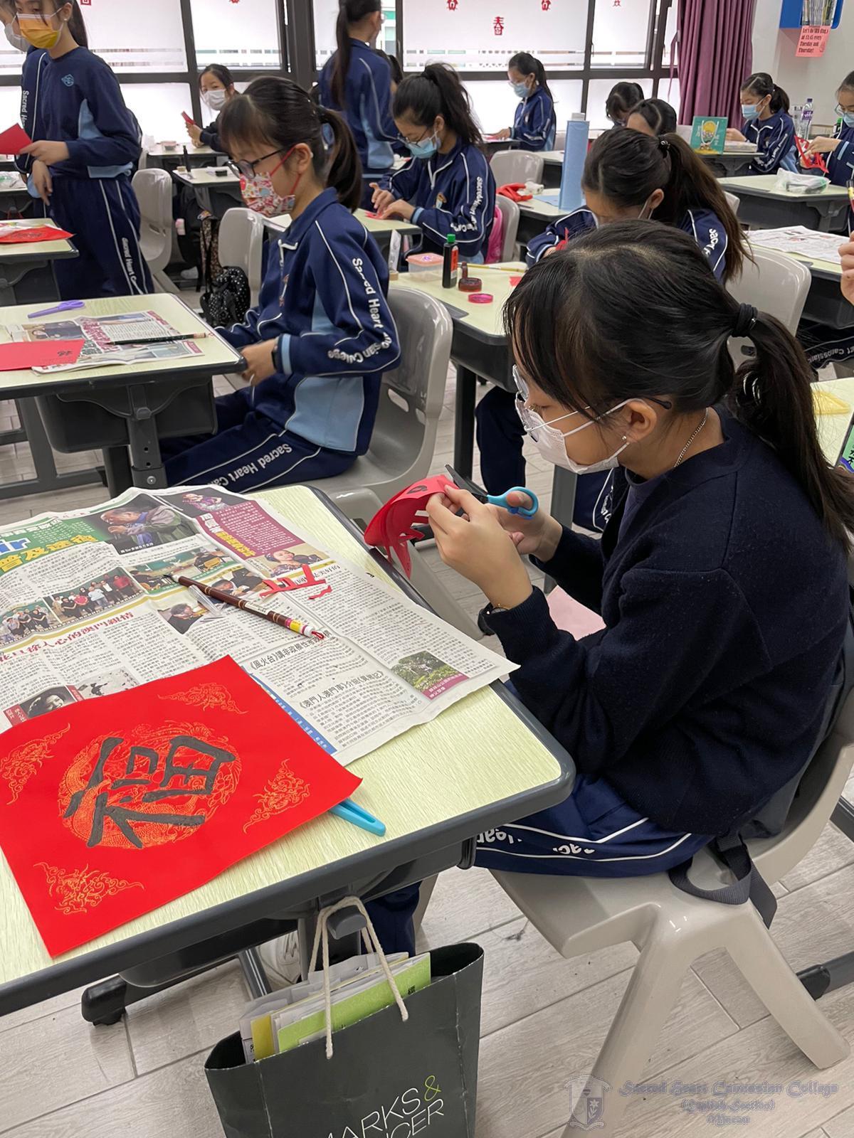 學生用心在製作揮春及剪紙
