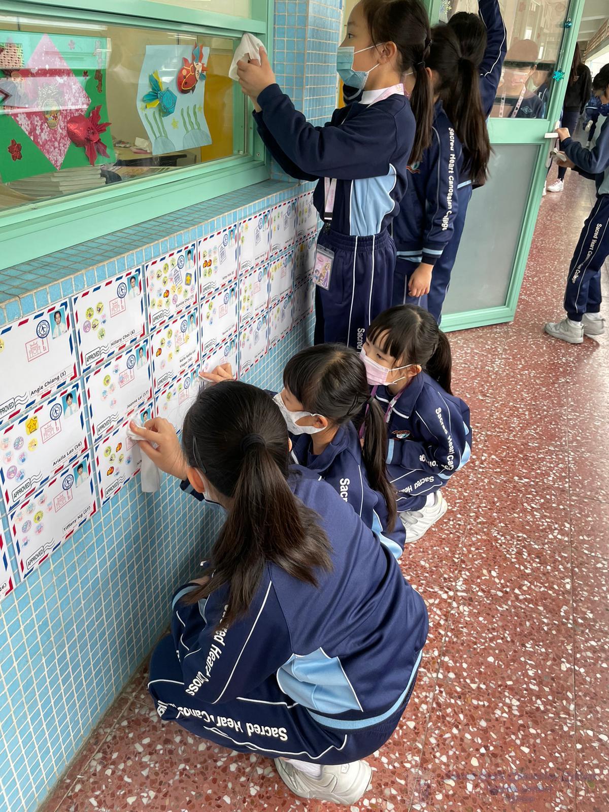 學生清潔課室門外牆身