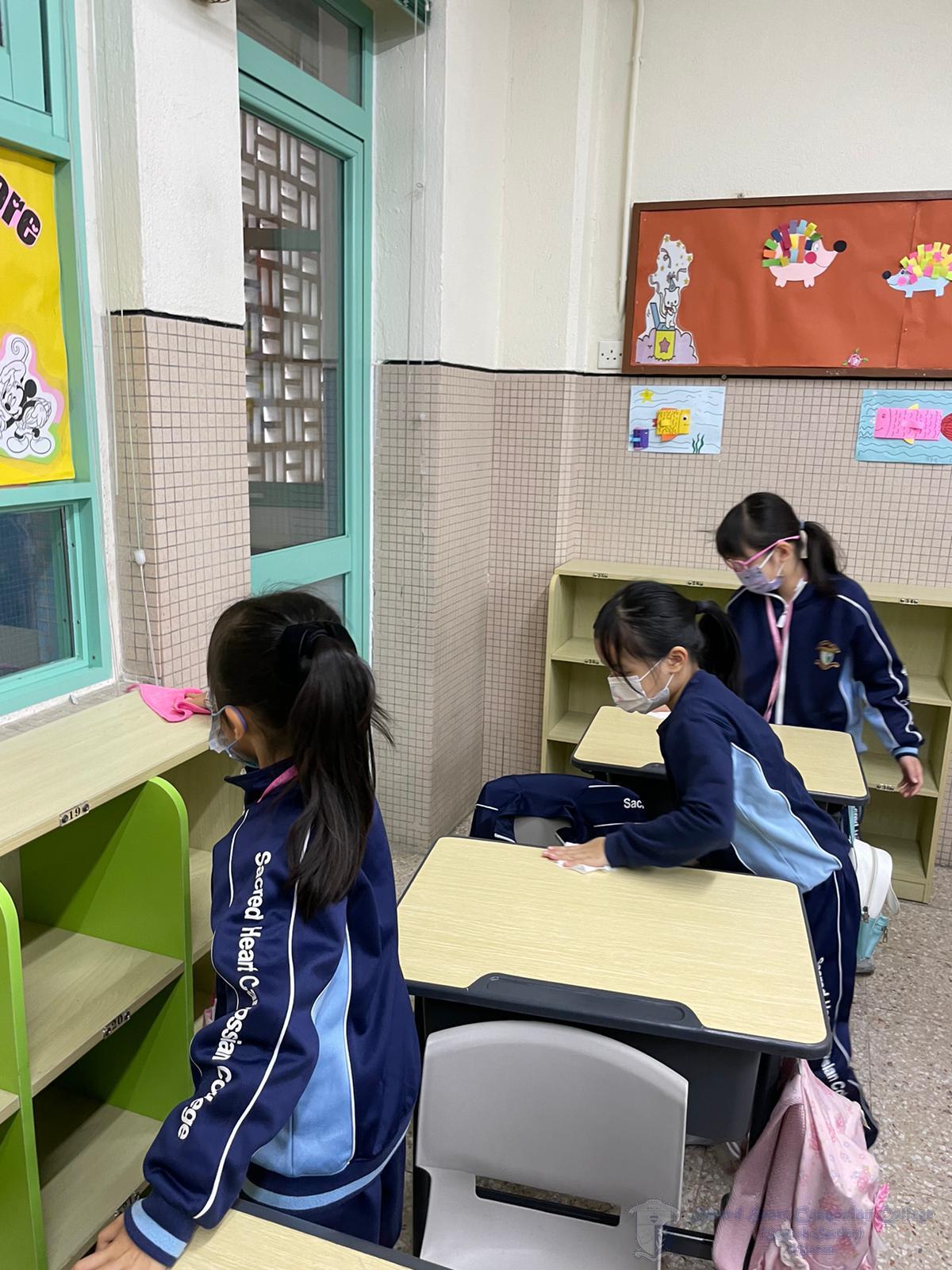 學生清潔桌子、椅子和儲物櫃