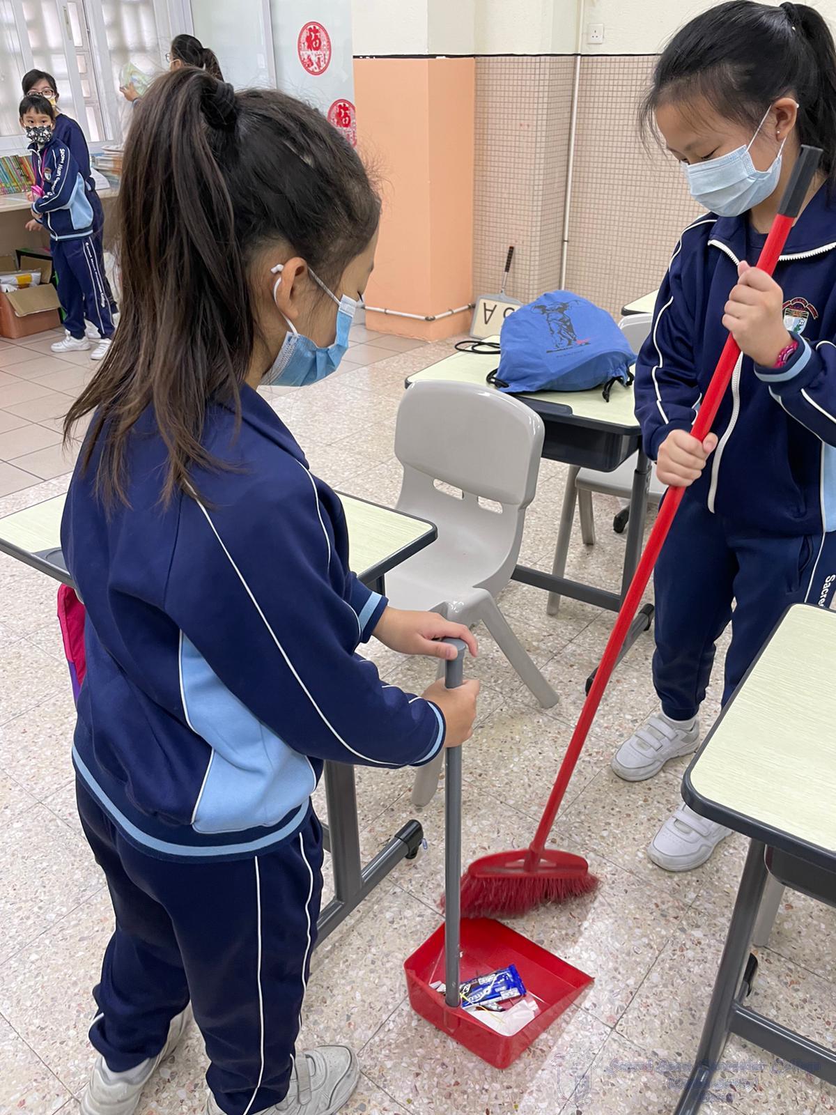 學生學習使用掃帚及簸箕