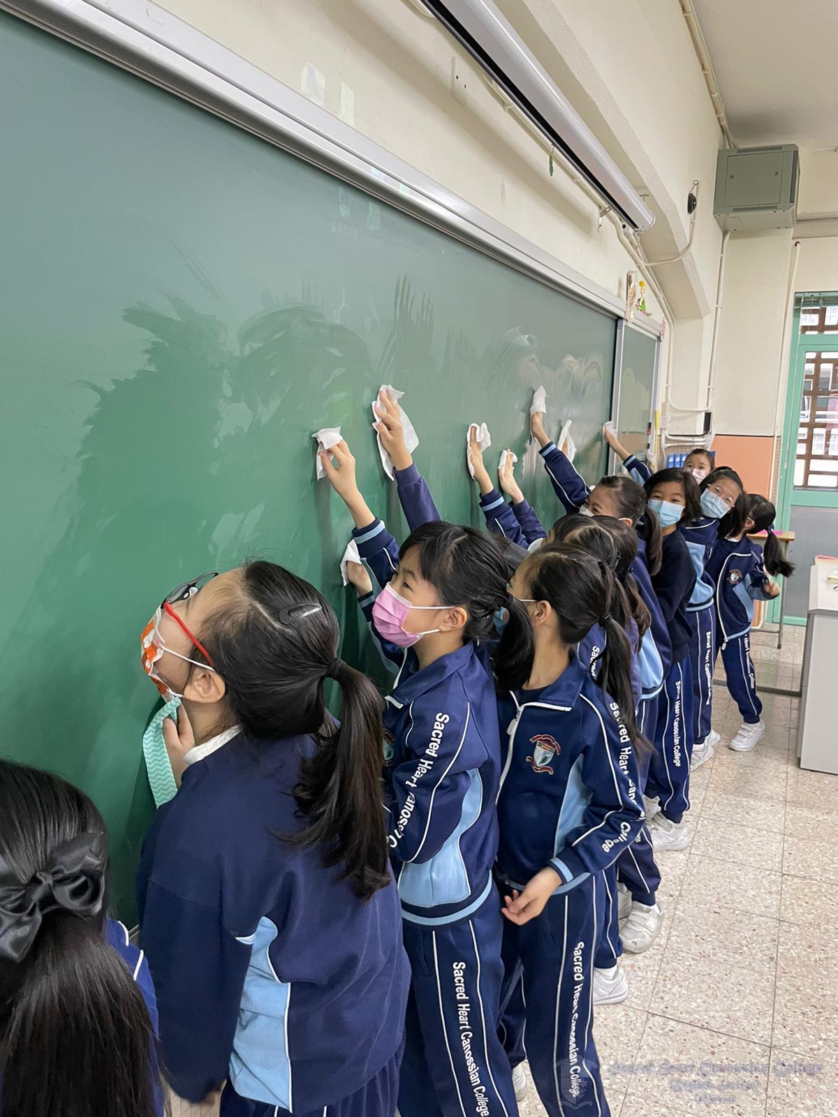 學生清潔課室黑板