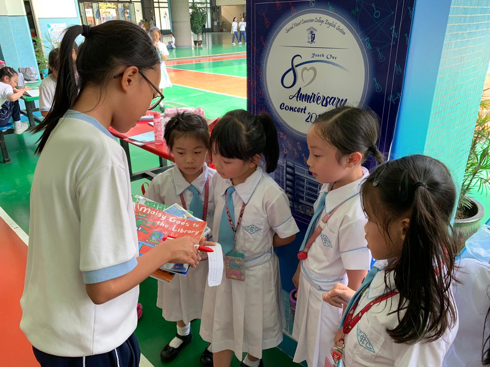 移動圖書館—高小的同學正在向初小同學推薦圖書