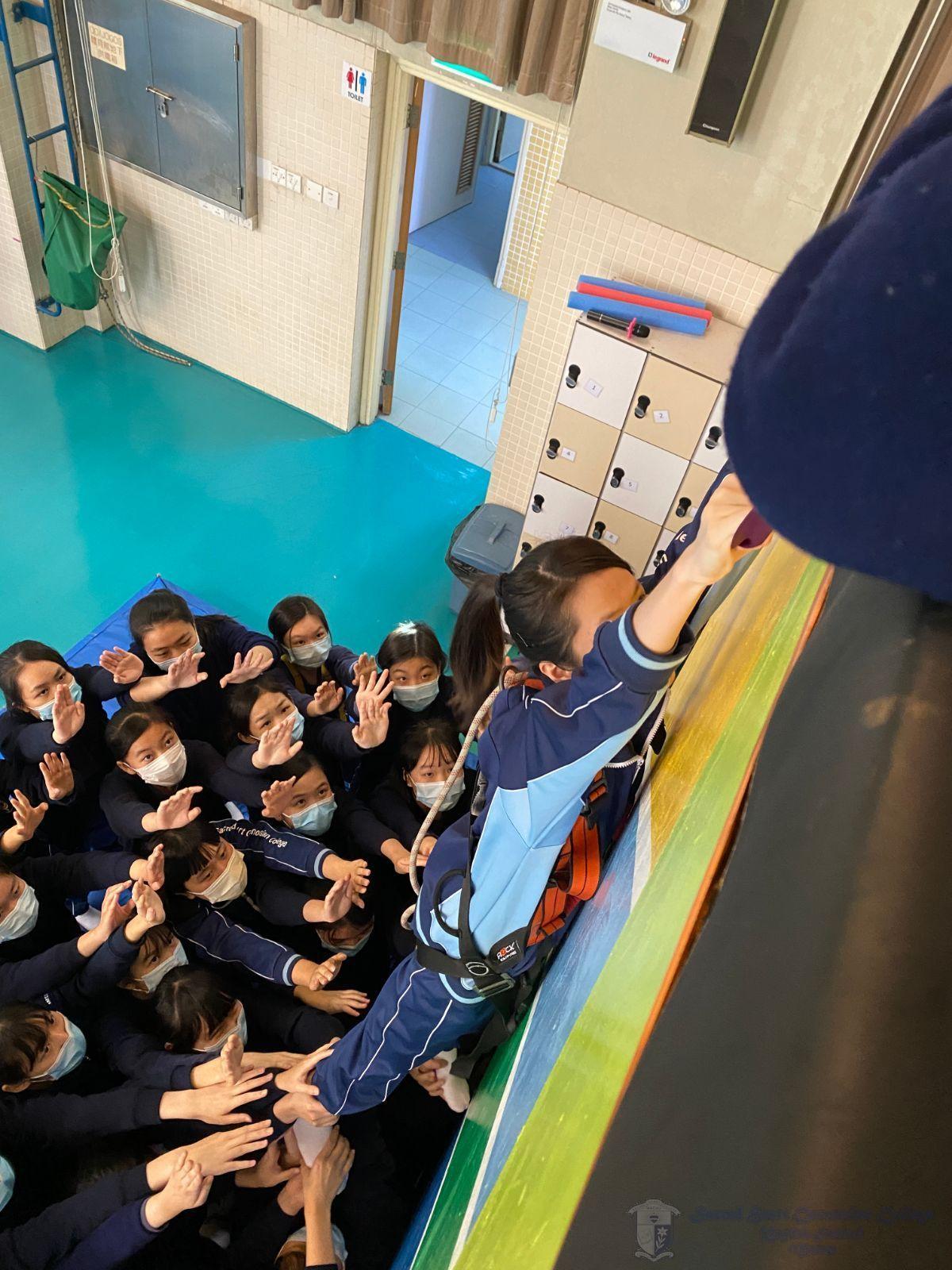 學社幹事於導師的指導下,完成了此項高空歷奇挑戰,她們要合力把同學們運送到離地面三米的高牆上。此活動讓她們領會到團隊合作的重要性。