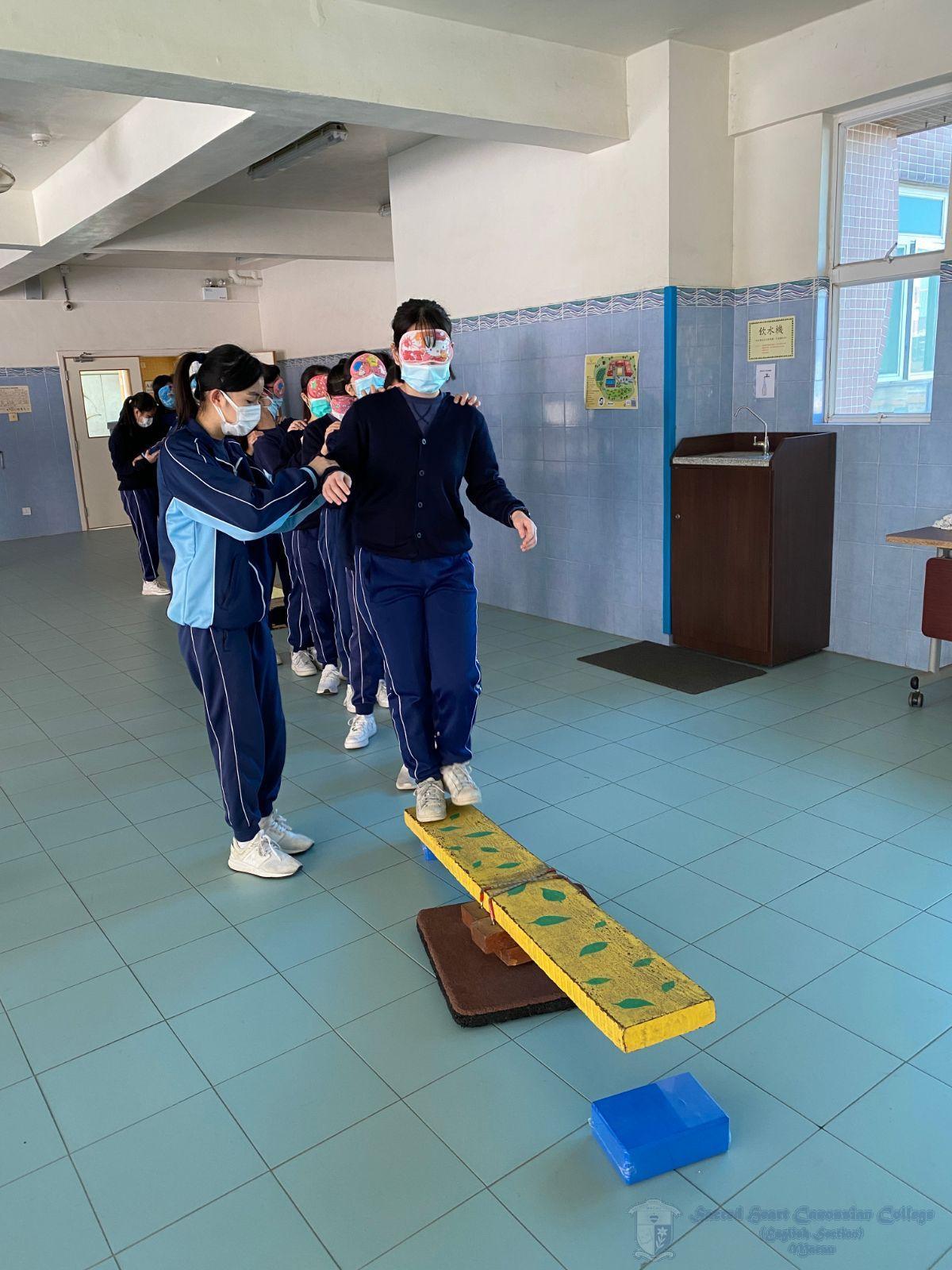 學社幹事透過蒙眼活動,學習聽從領導的指令,安全地橫過這不平的木板。與此同時,負責帶領的同學也要利用精簡的語言,以最快的速度把組員帶到木板的另一端。此項活動能加強學生之間的信任及團隊精神。