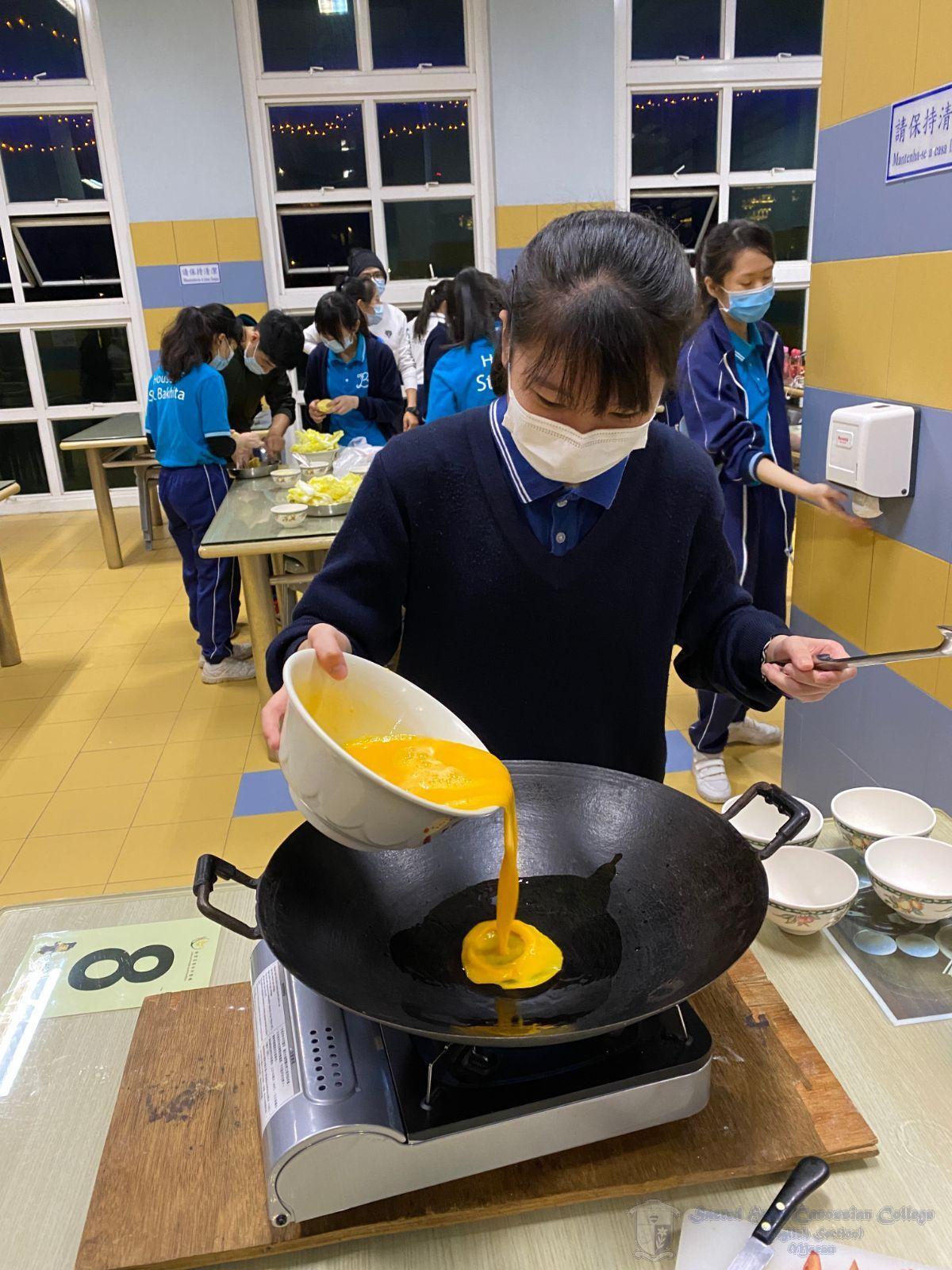 學社幹事透過共同烹飪學習協作能力,合力運用有限的食材去準備一頓美味的晚餐,該活動給予她們與人合作及嘗試料理的機會。