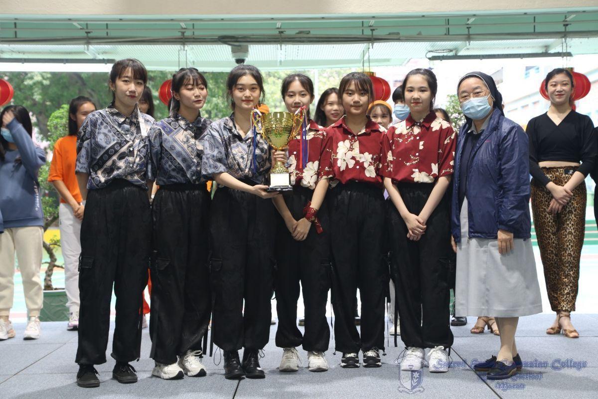 校長Sr. Susanna Yu 及勝出隊伍Vibes的合照。勝出隊伍Vibes揉合Hip Hop和中華文化元素,是兼具中西文化特色的傑出表演。
