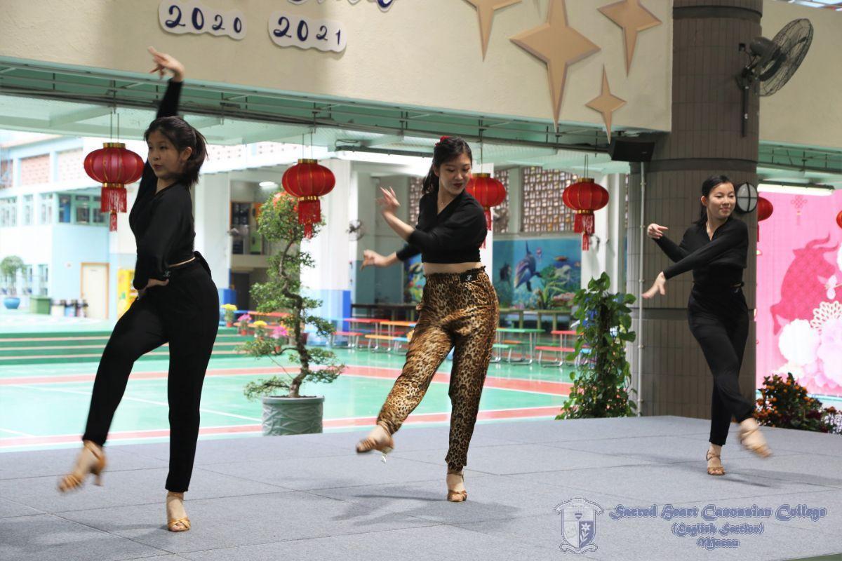 學生在跳舞表演中加入故事情節,十分有創意。