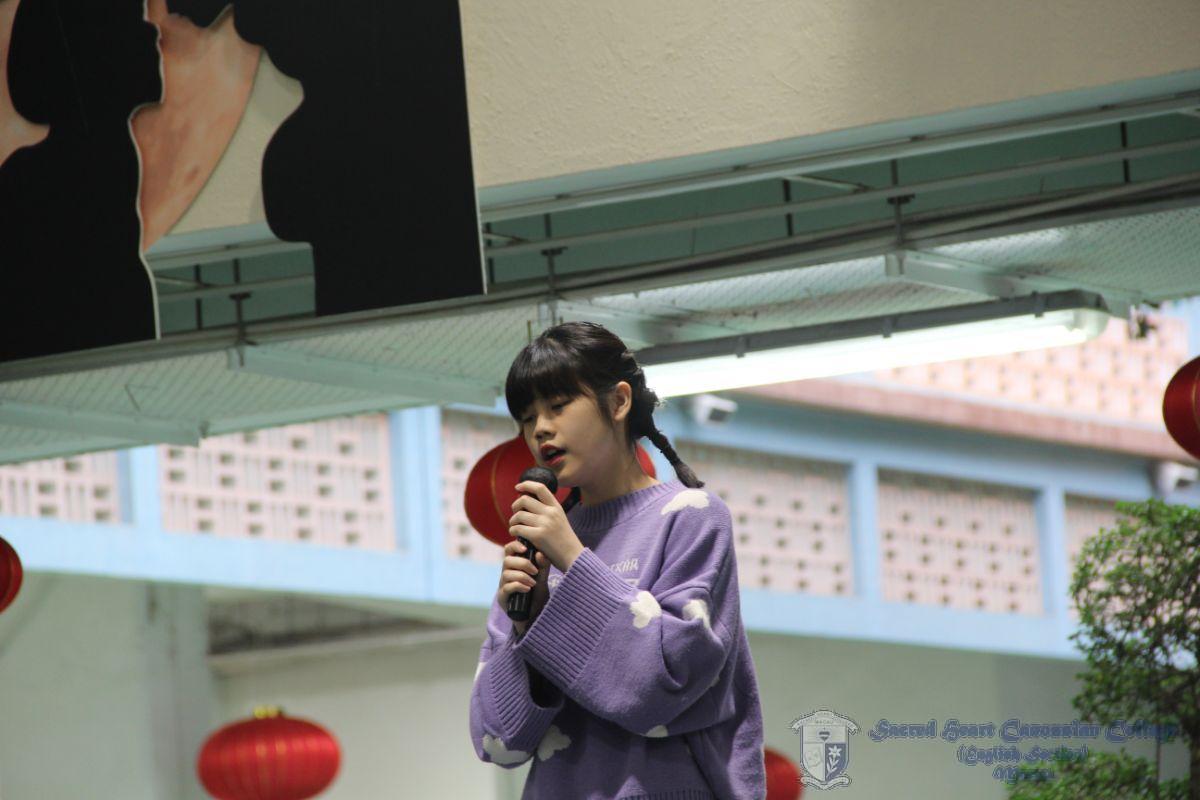 同學深情演唱。