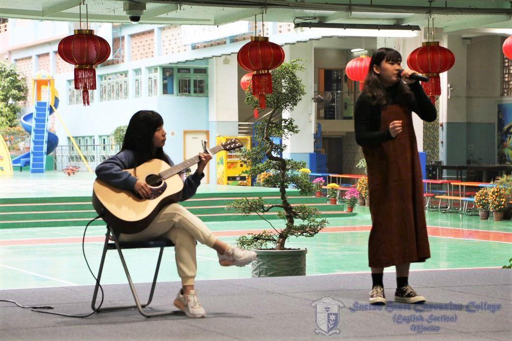 唱歌及結他伴奏一連幾首曲目。