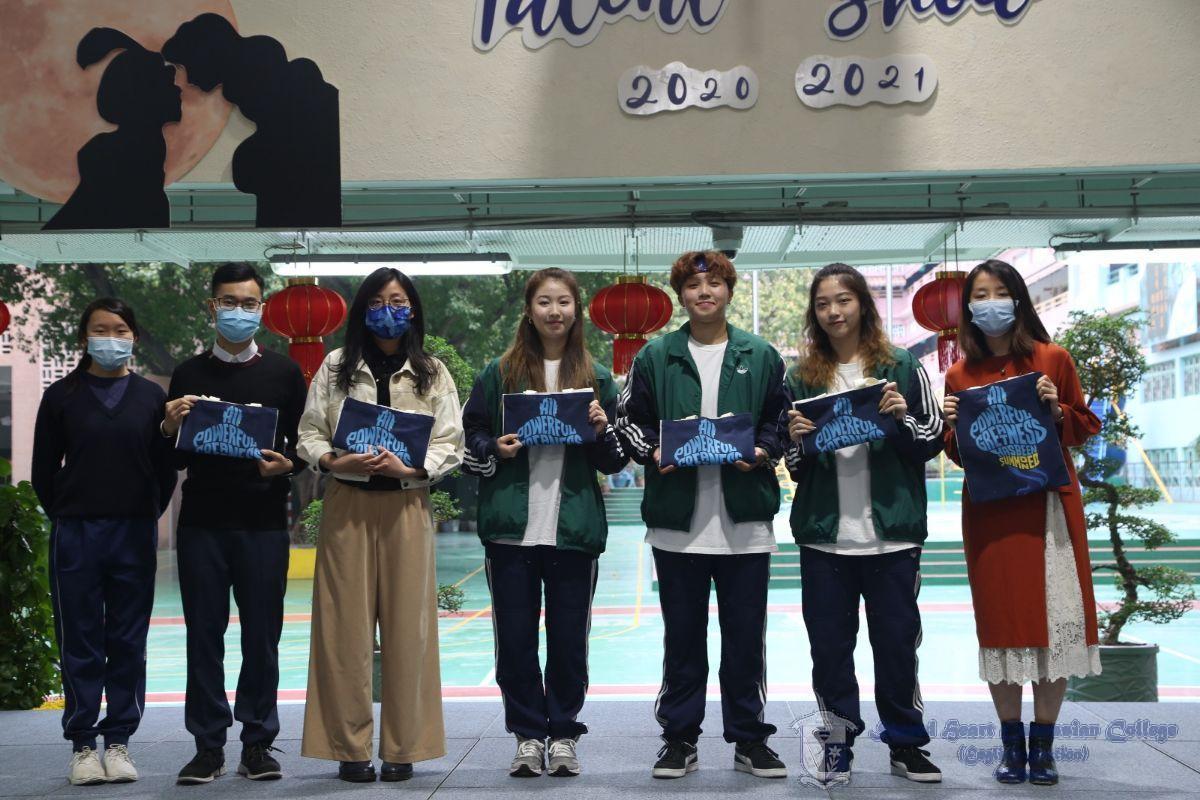 學生代表向評判和表演嘉賓致送紀念品。