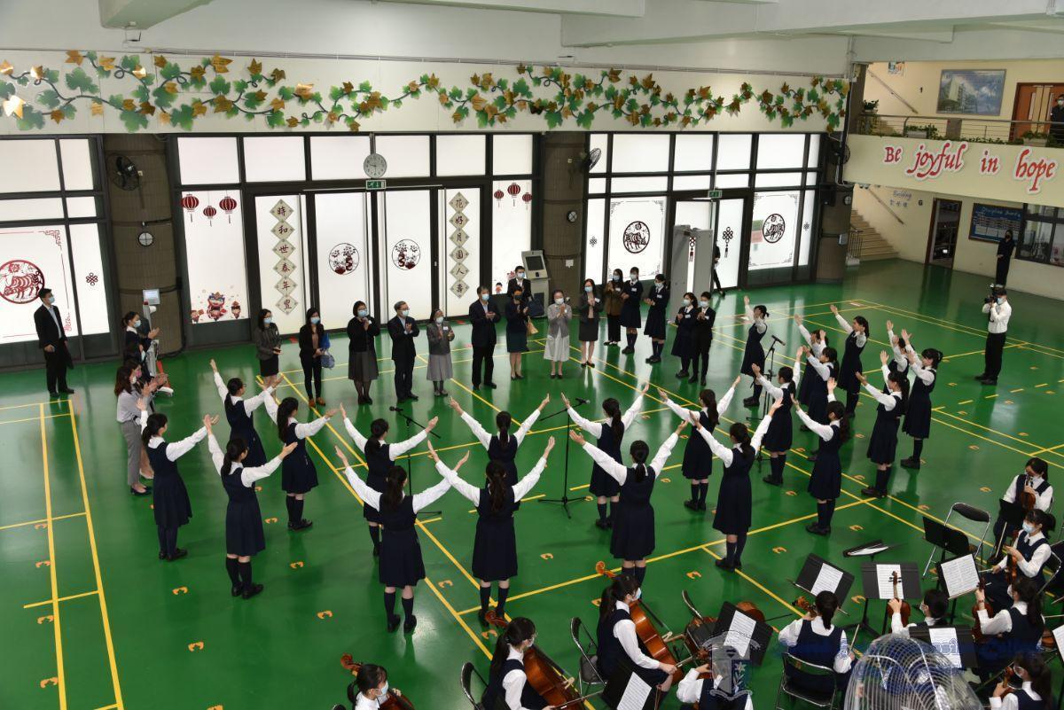 中學歌詠團及管弦樂團為大家獻上歡欣鼓舞的樂曲
