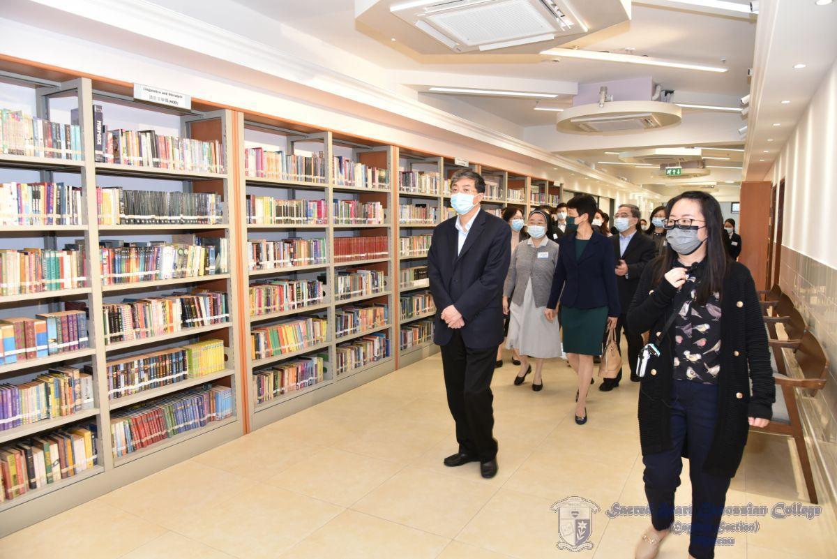 嘉賓們了解中學圖書館中的新設閱讀空間-廸思源