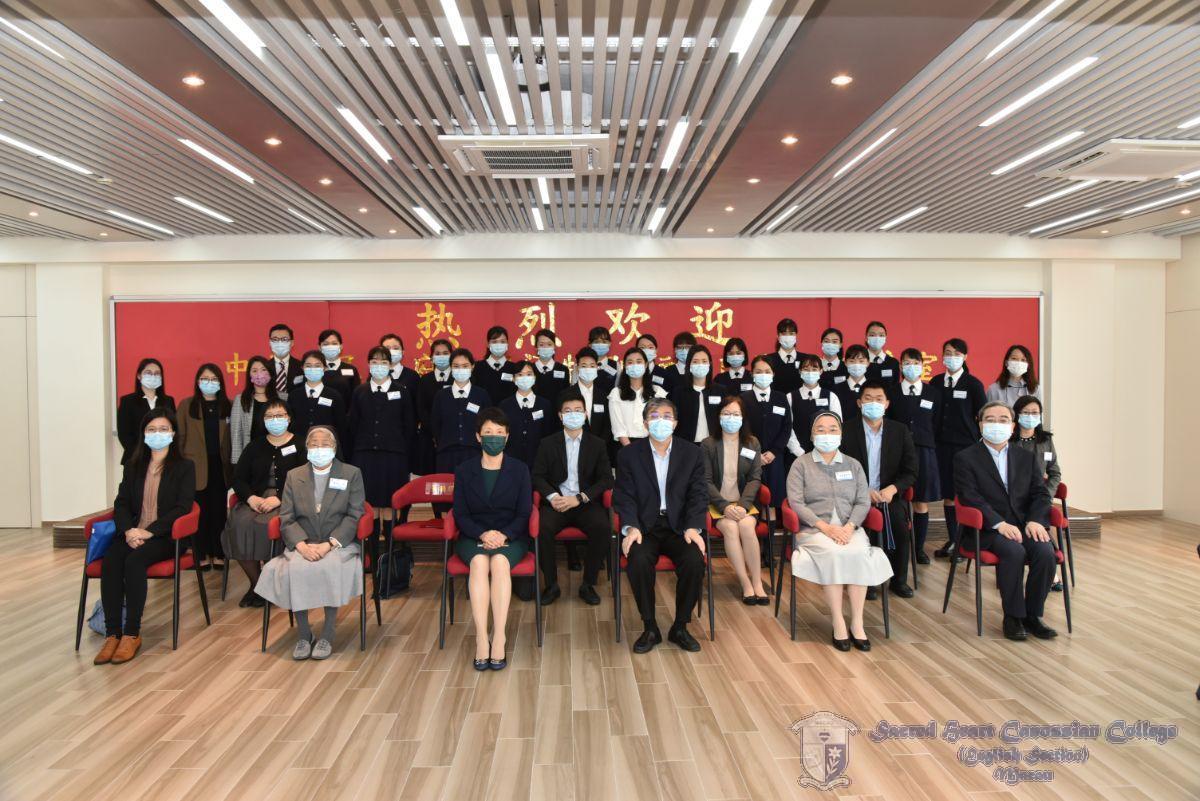 嘉賓們與學生代表大合照