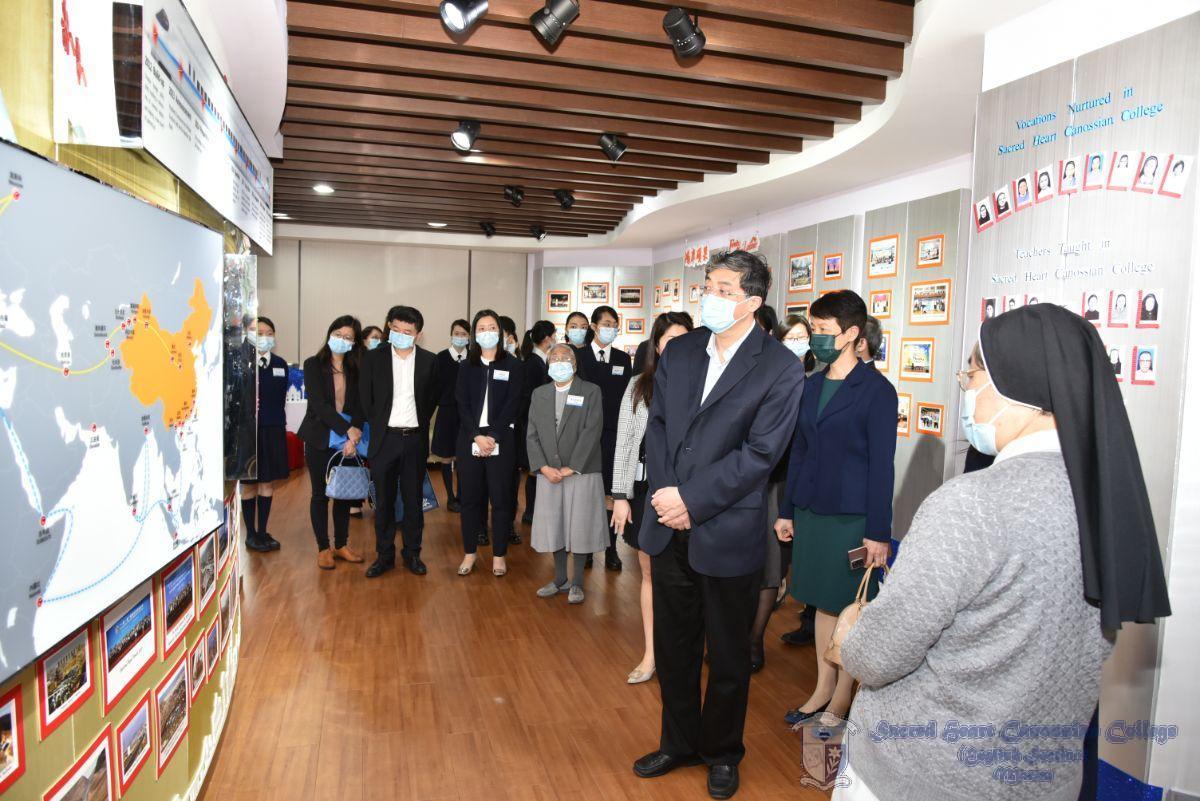 嘉賓參觀校史館,了解學生的家國情懷學習