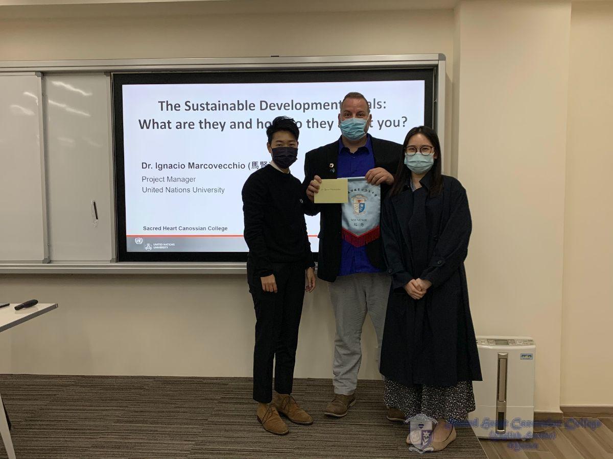 Teachers presented souvenirs to Dr Ignacio