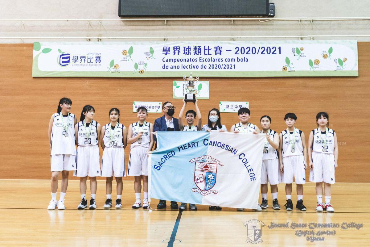 頒獎嘉賓(中國澳門籃球總會理事長胡松輝先生與蔣燕兒副校長)與運動員合照