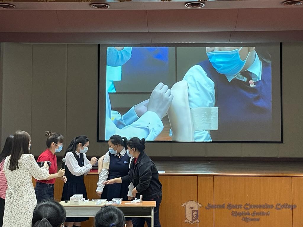 學生們參與模擬針筒注射活動