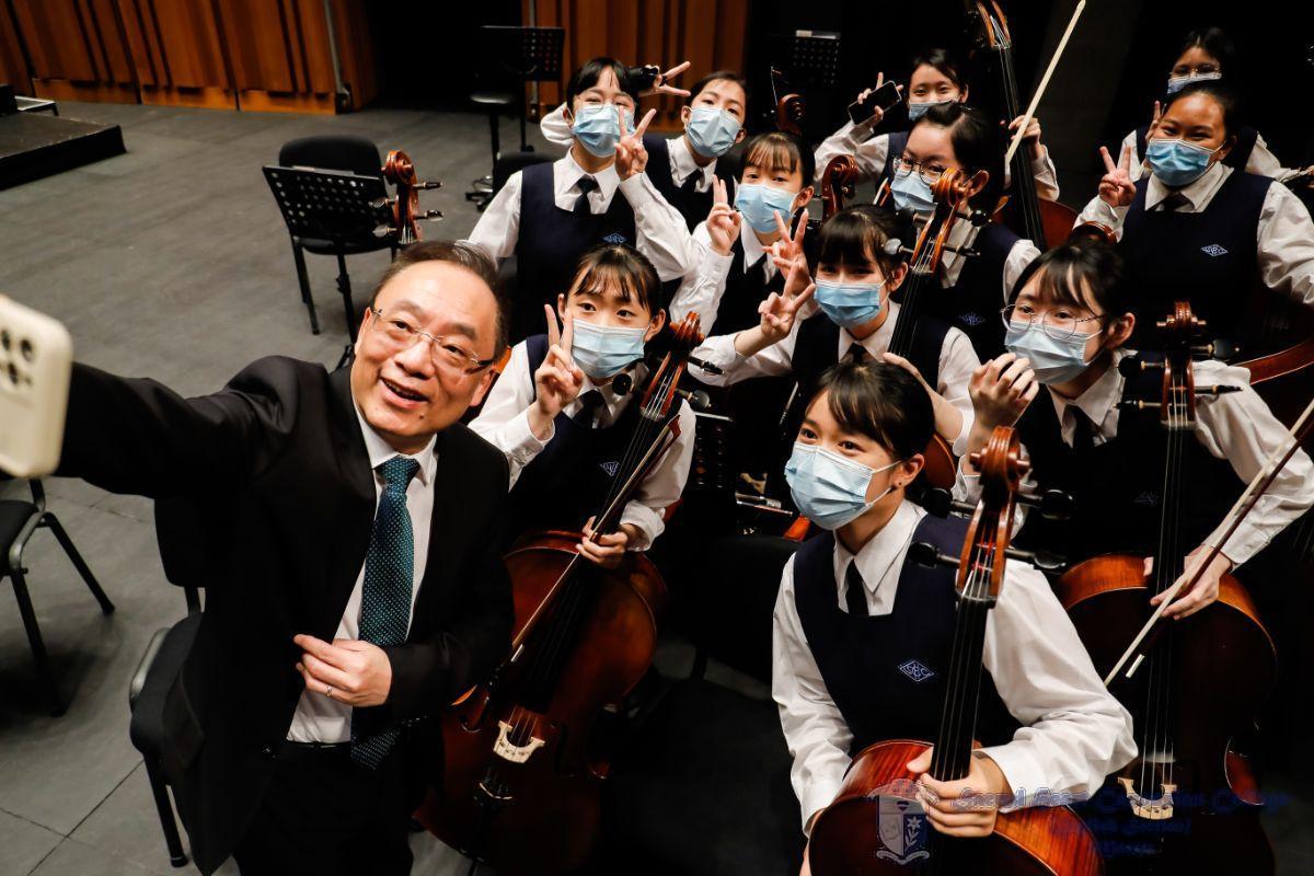 大提琴聲部與許指揮的合照/ Cello Section of the School Orchestra with Mr. Hoi