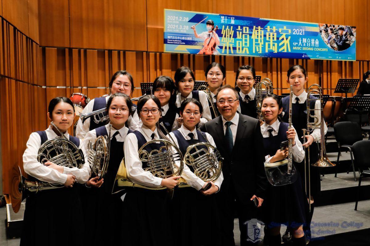 銅管聲部與許指揮的合照 / Brass Section of the School Orchestra with Mr. Hoi