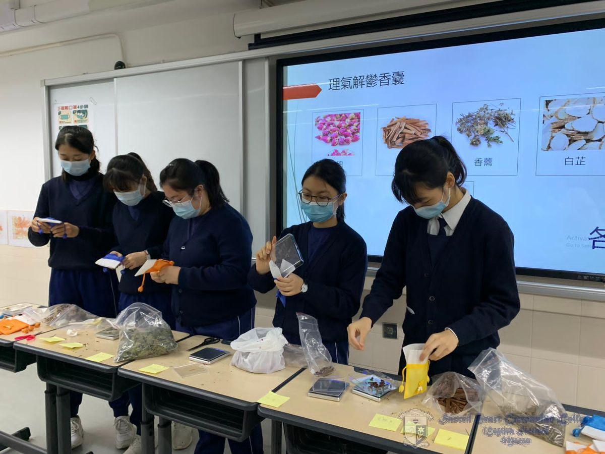 「中藥香囊製作與自製花茶工作坊」學生親自調配花茶