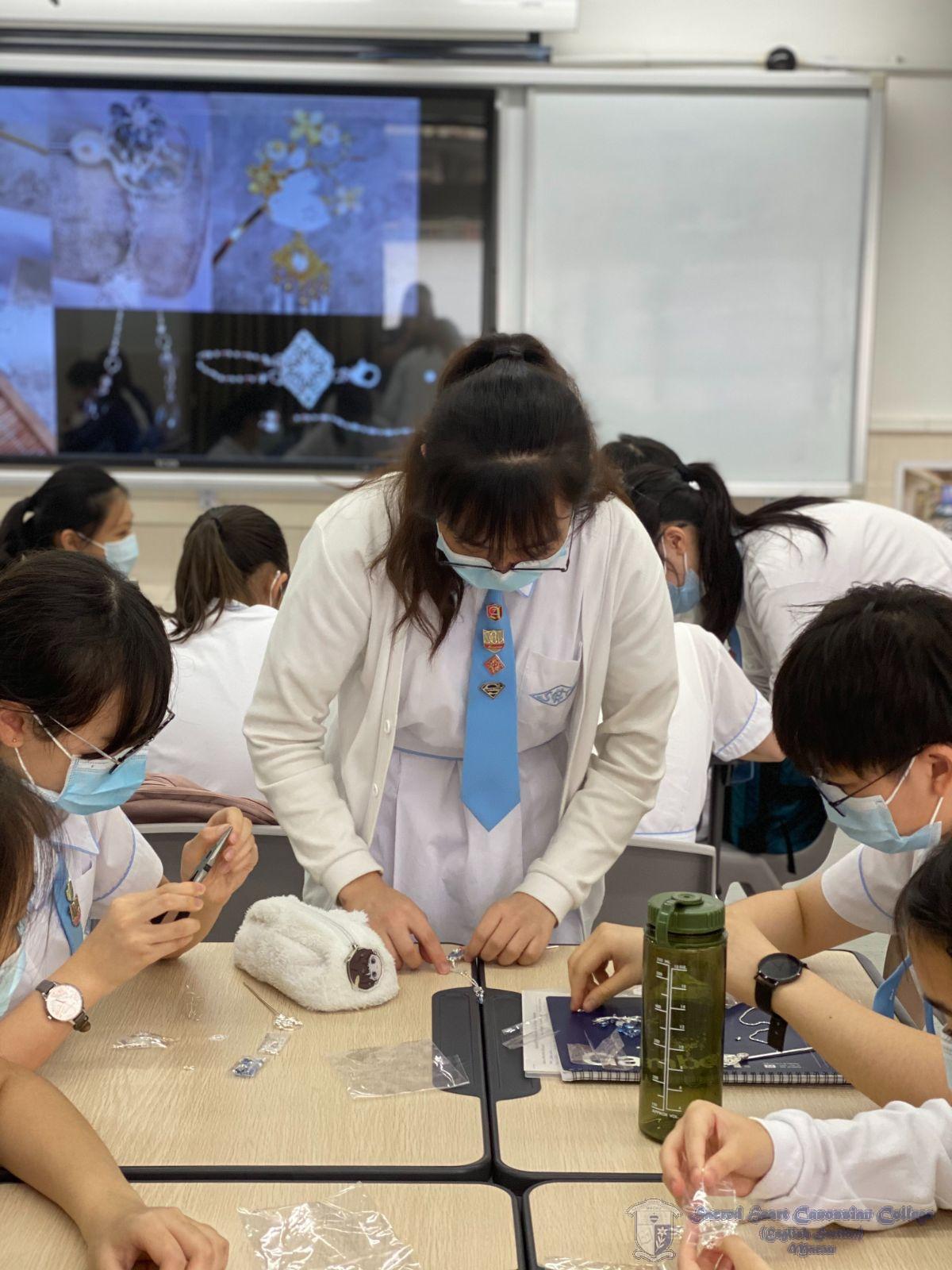中文學會幹事指導會員製作髮簪