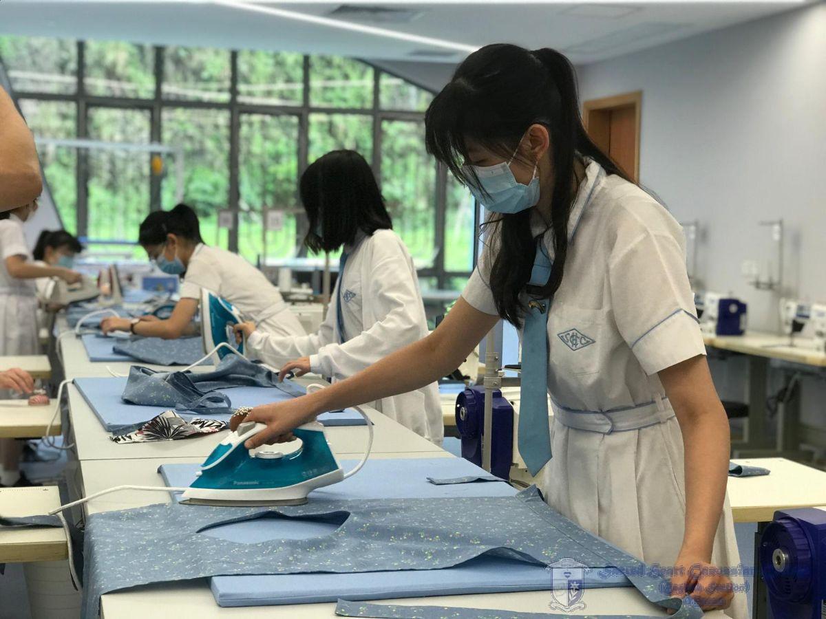 學生學習成衣的熨燙技巧