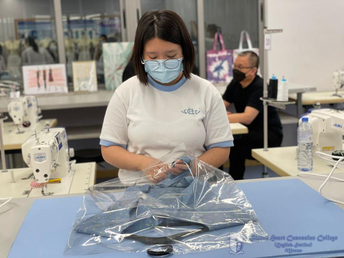 學生體驗成衣的包裝過程