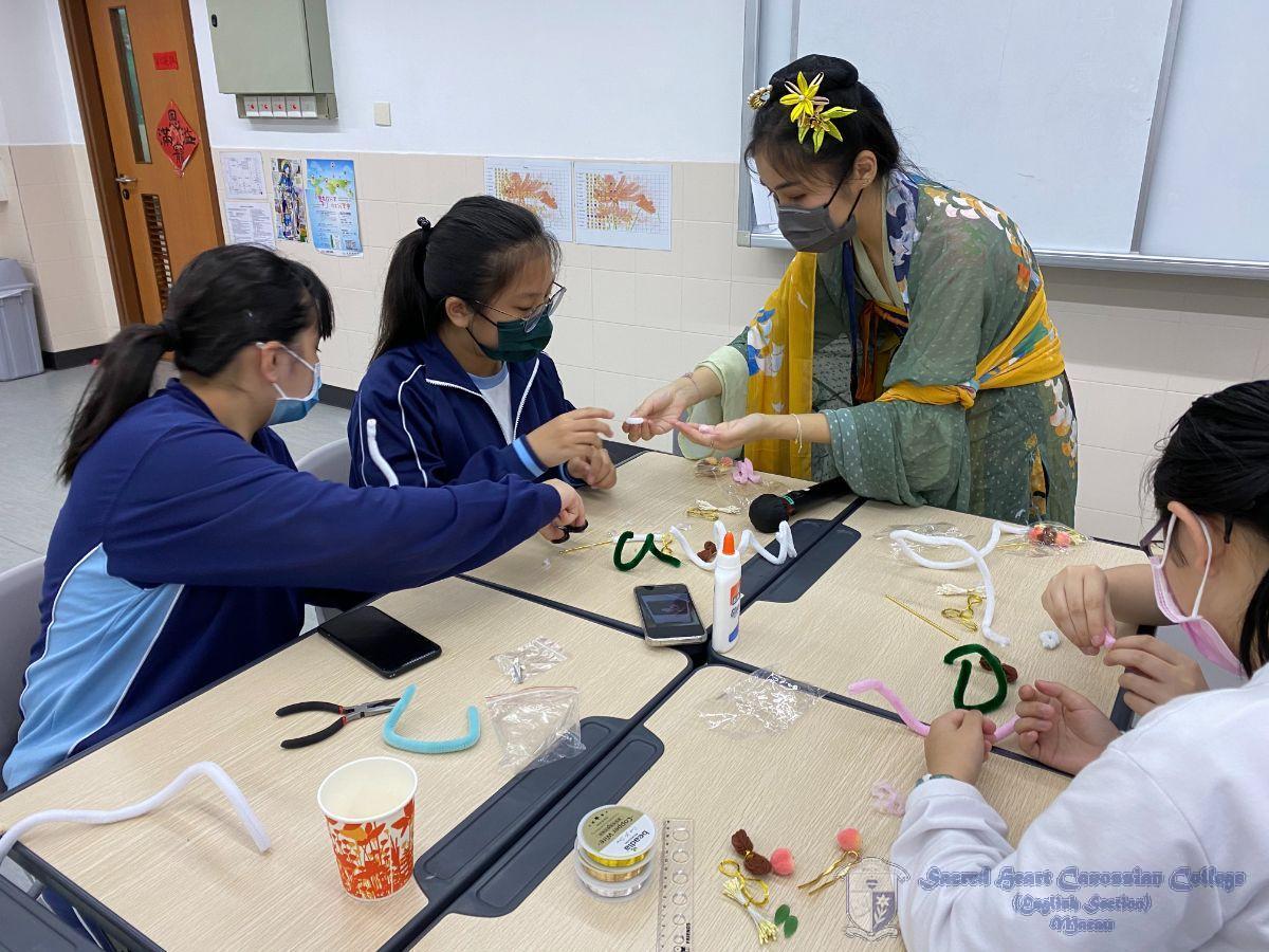 「漢服文化賞析工作坊」導師指導學生製作絨花頭飾