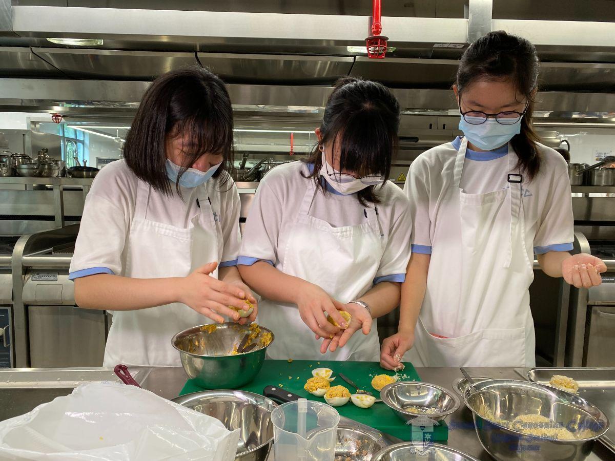 同學用心製作吞拿魚炸蛋