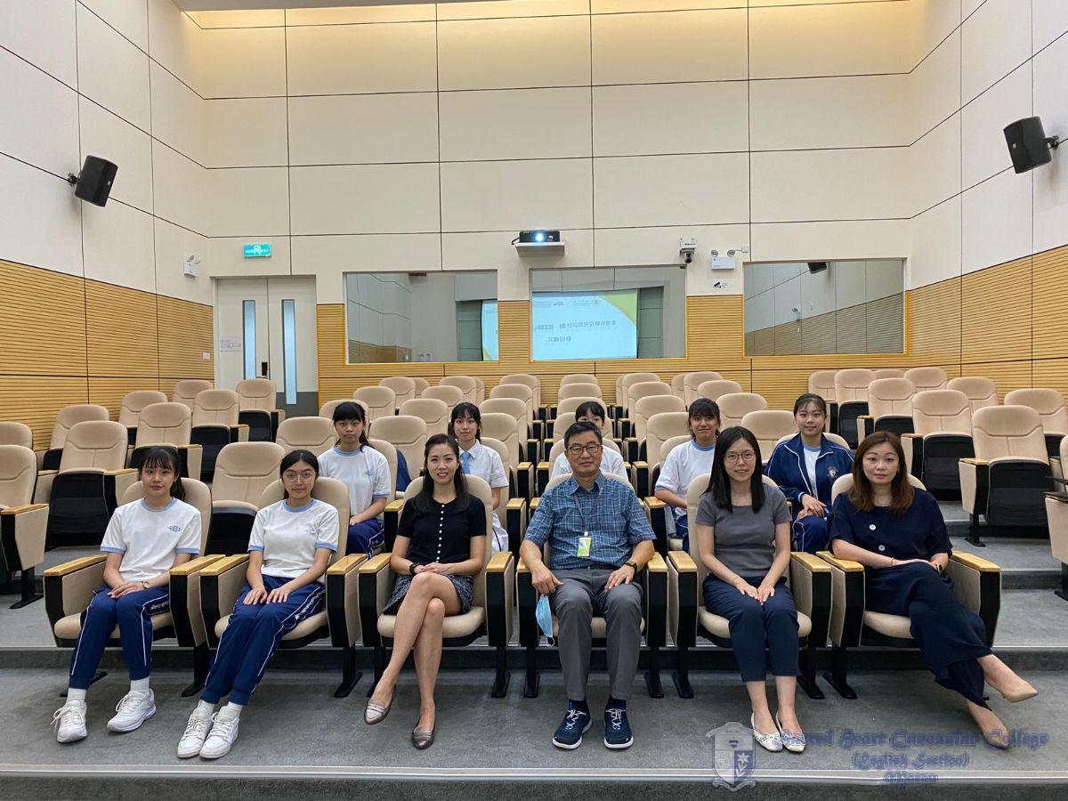 澳門大學中華醫藥研究院院長、教授與我校師生拍照留念