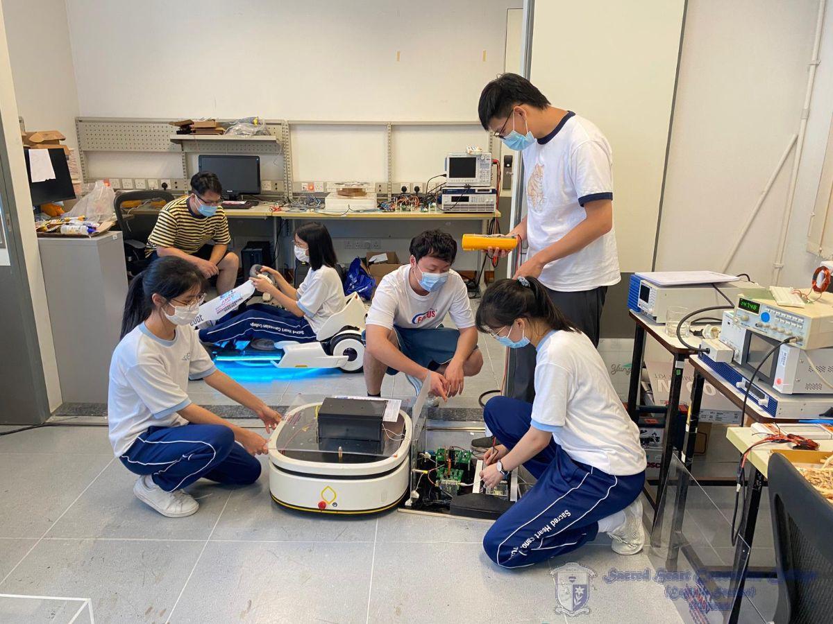 澳門大學微電子學系博士生正指導我校學生進行無線電動車的組裝工作