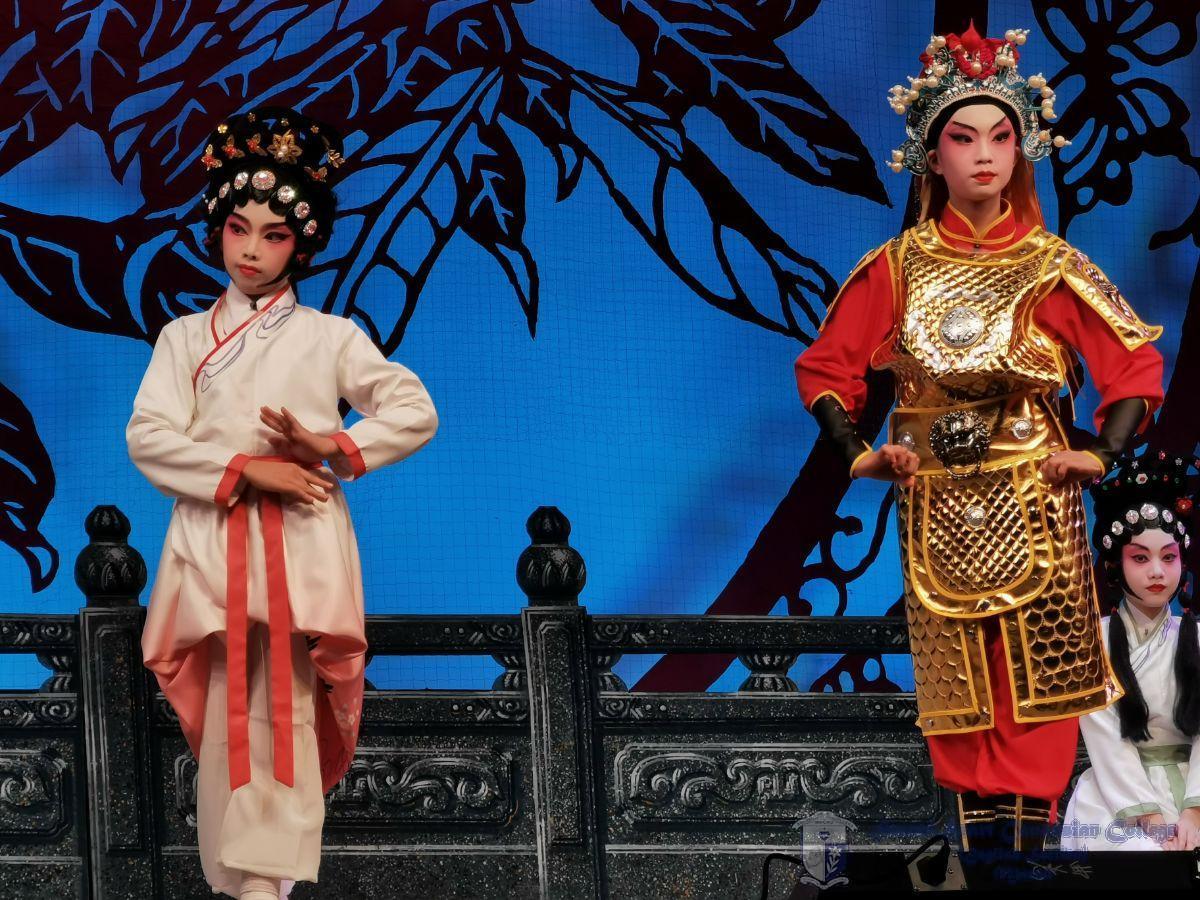 小演員在《花木蘭》中獻唱