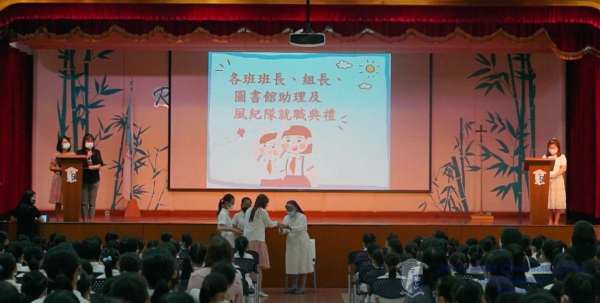 校監將象徵着責任的襟章和臂章交予班主任及負責老師
