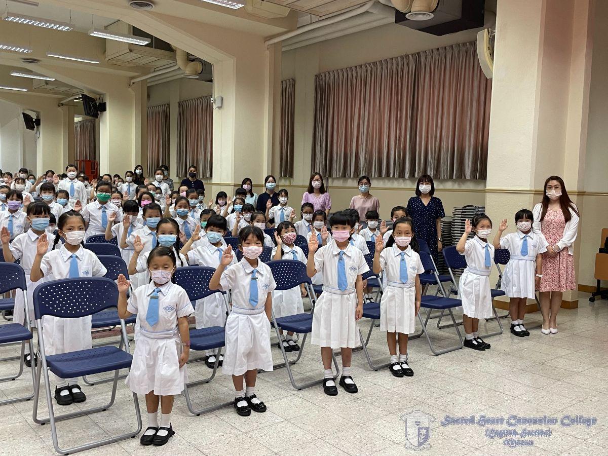 領袖生在校監、校長及老師們的見證下進行宣誓