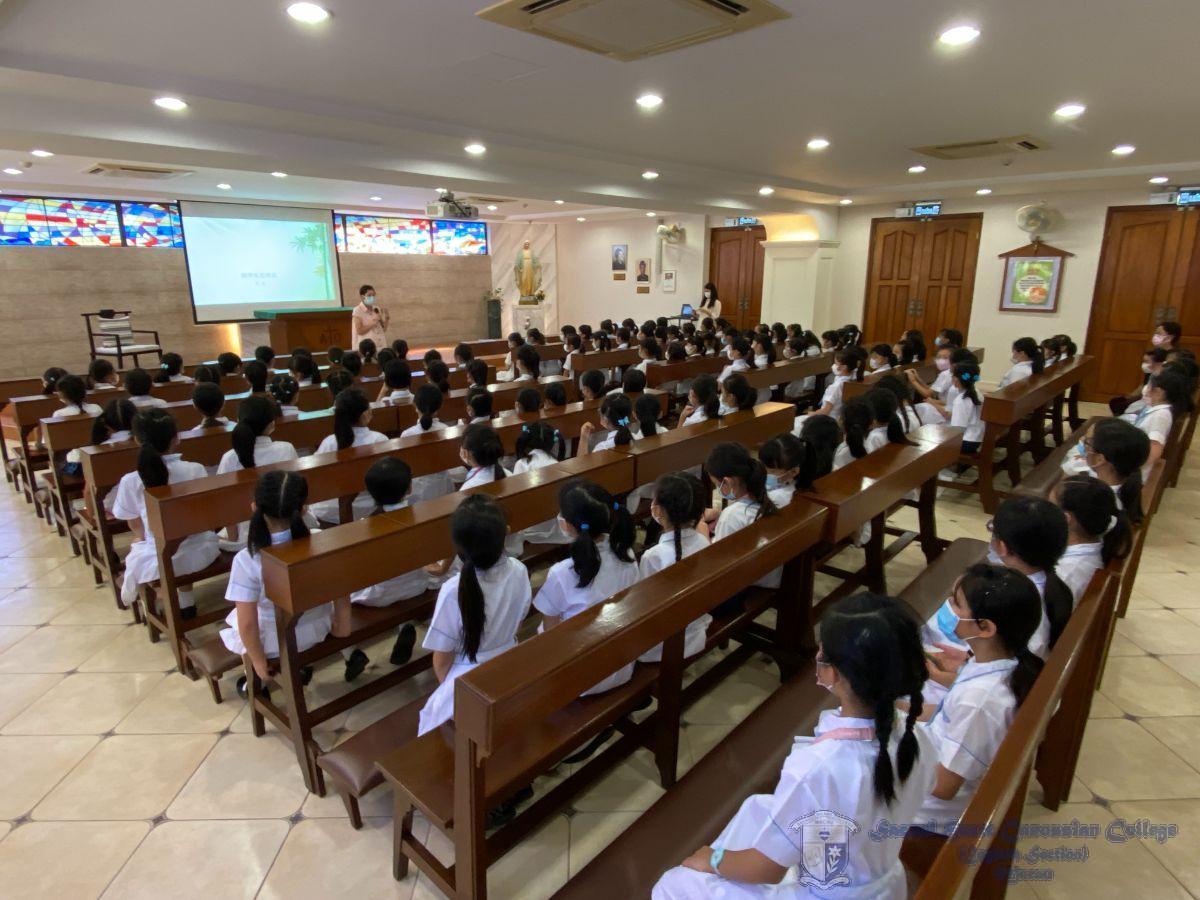 在聖堂舉辦開學禮的情景