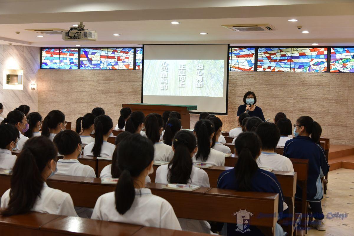 宗教、品德與公民科教師向學生講解本學年的主題: 堅韌